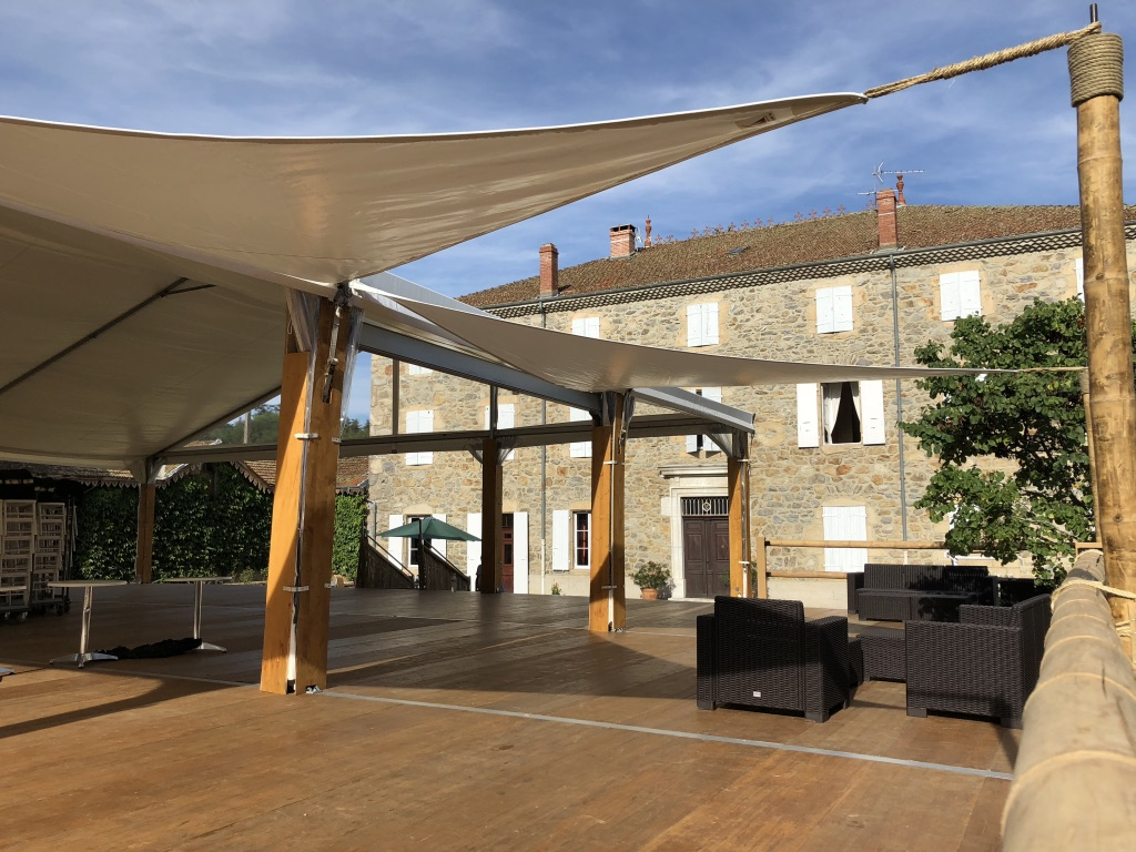 Terrasse avec voile d'ombrage et balustrade en bambou diamètre. 100mm