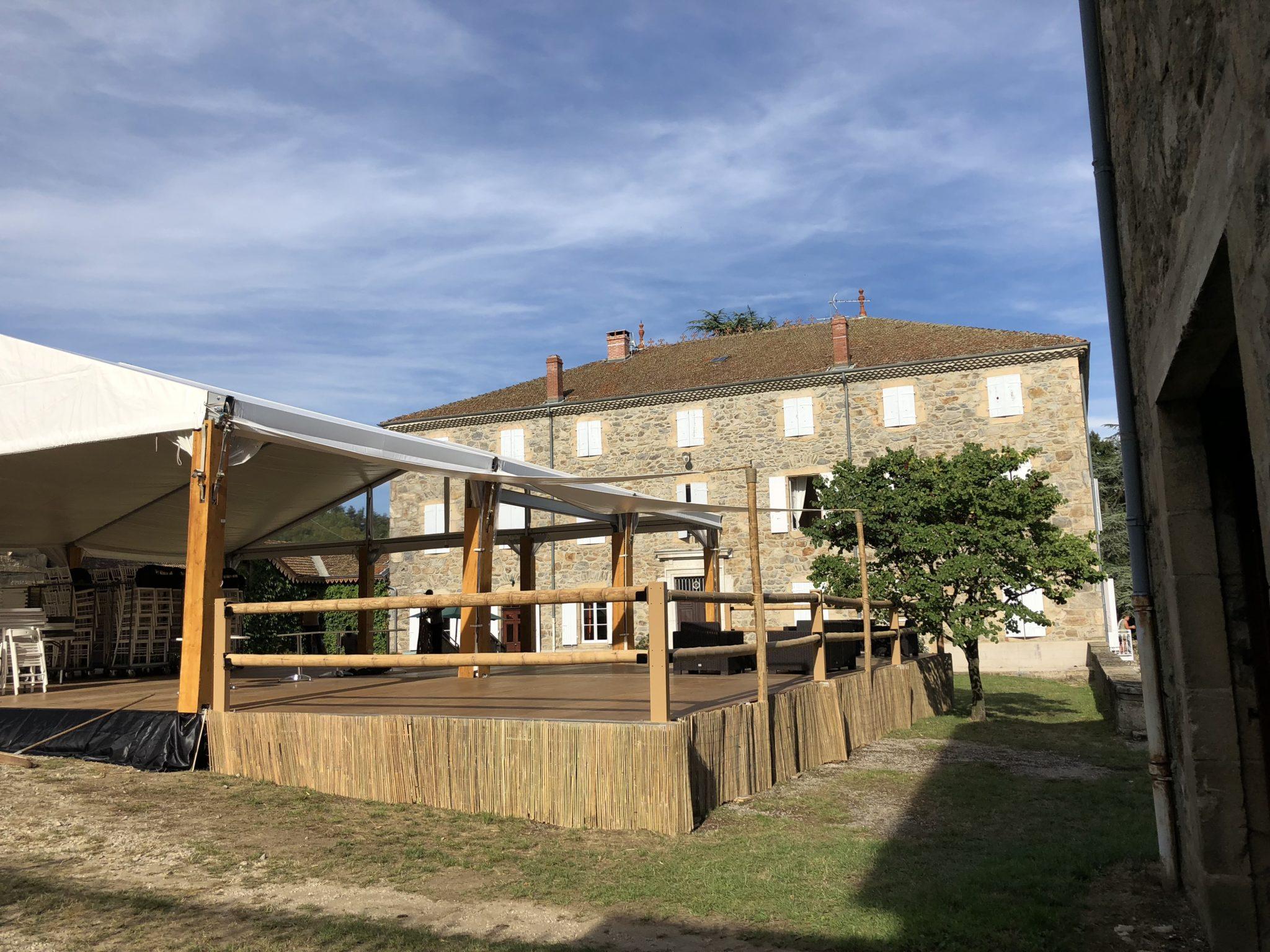 Terrasse avec voile d'ombrage, balustrade en bambou et canisse