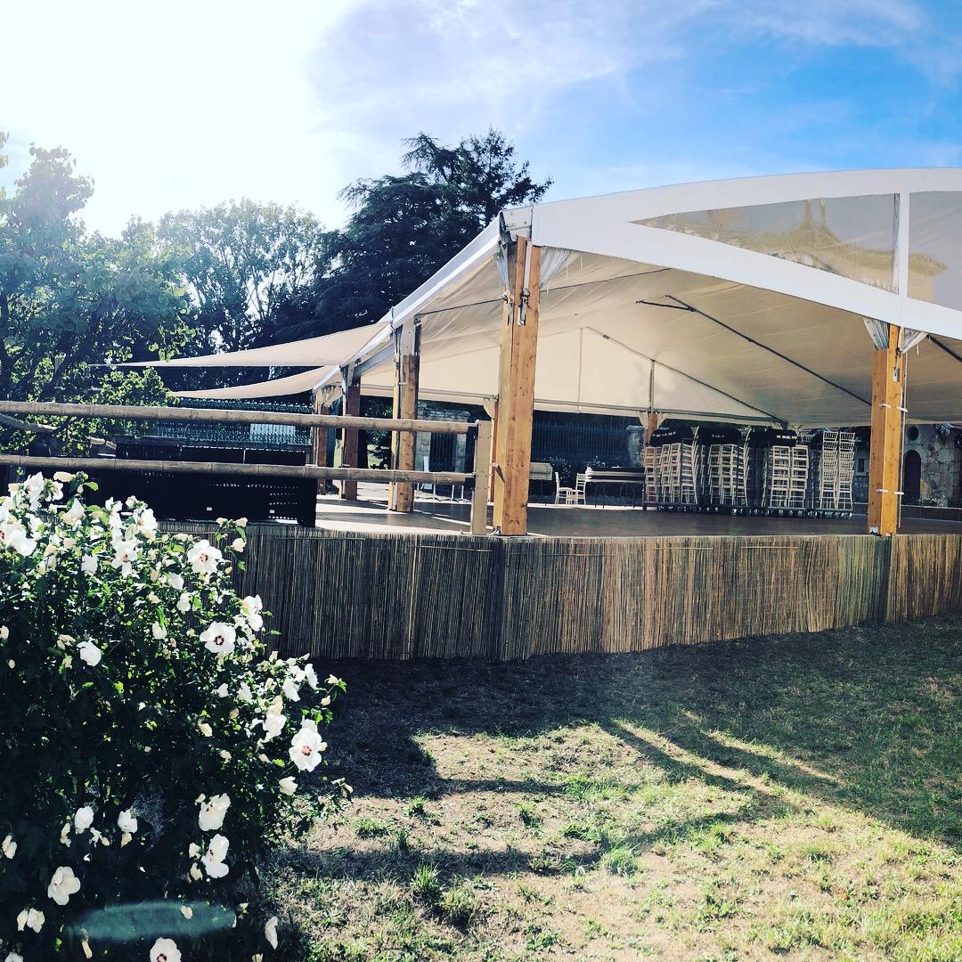 Tente pour 180 personnes avec terrasses, voile d'ombrage, balustrade en bambou et canisse pour cacher les points de calage du plancher